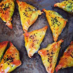 Pullled lamb shoulder samosas