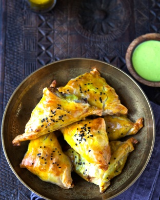 Pulled lamb shoulder samosas & green chilli chutney